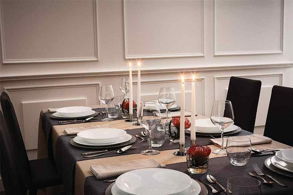 mesa elegante con copas de vino