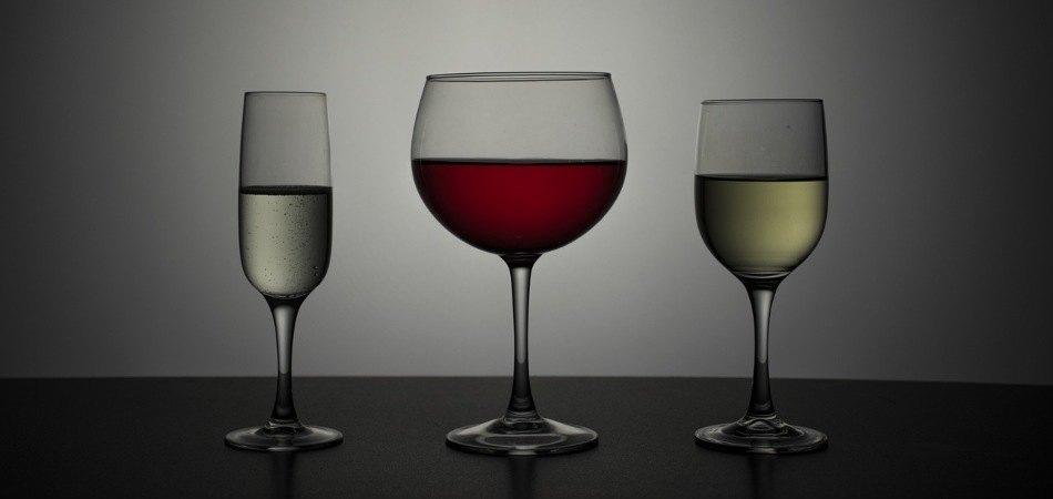 copa de vino tinto y vino blanco