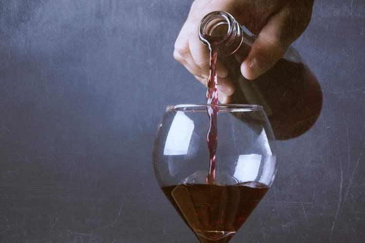 Llenando unas copas de vino grandes