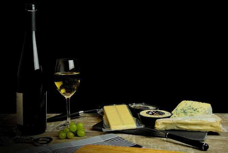vino y aperitivo con queso