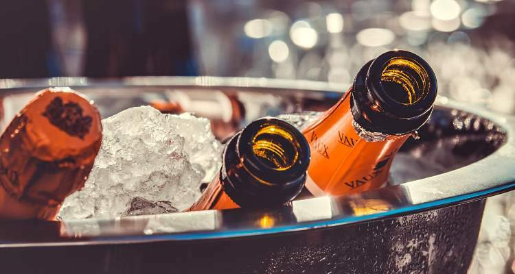botellas de cava enfriando con hielo