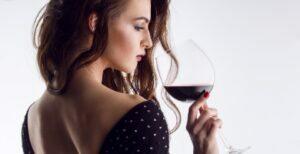 Cata con copas de cristal para vino